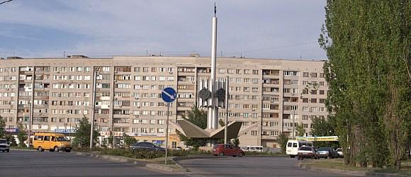 Стелла, установленная в честь 25-летия города Волжский