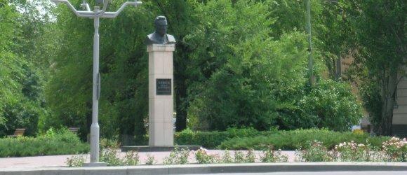 Скульптура-бюст основателю города Волжского Ф.Г.Логинову. На въезде в город Волжский со стороны ГЭС
