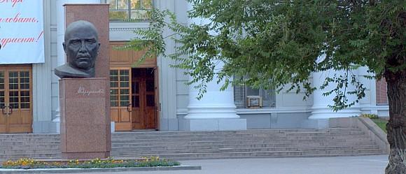 Перед входом в педагогический университет