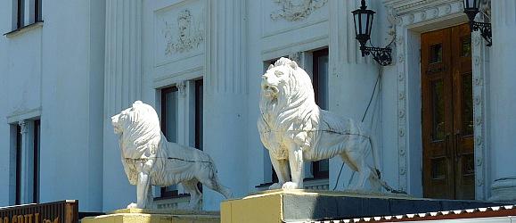 Львы у театра НЭТ