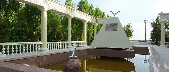 Первостроителям Сталинградской ГЭС и г.Волжского