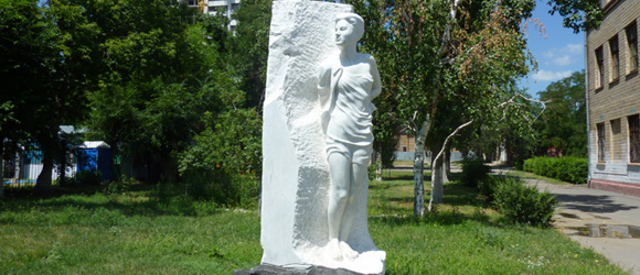 Скульптура Зои Космодемьянской возле 130 школы скульптора В.Г. Фетисова