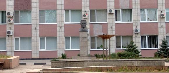 Установлен перед зданием администрации Кировского района г.Волгограда