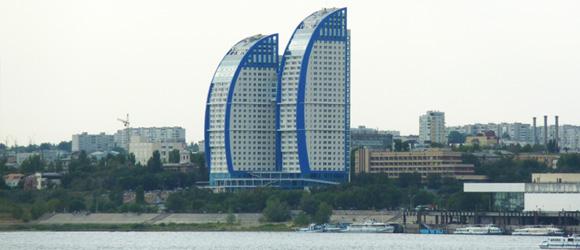 """Жилой комплекс """"Волжские Паруса"""" представляет собой два высотных здания в 32 этажей. Внешние фасадные поверхности корпусов слегка изогнуты в плане и напоминают наполненные ветром паруса."""