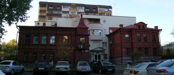 В старинном реконструированном здании размещается ряд муниципальных учреждений, в том числе Экологический фонд г.Волгограда