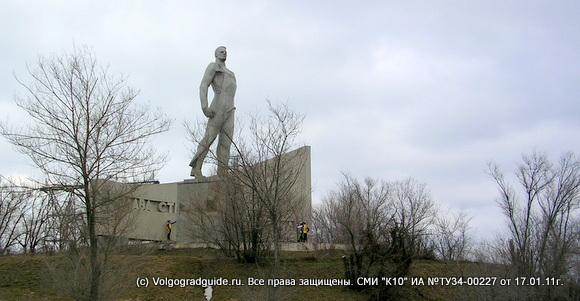Монумент «Слава строителям коммунизма» у дороги, ведущей на Волжскую ГЭС